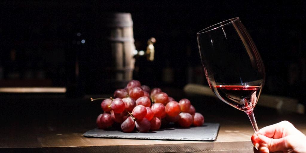 Spożywanie alkoholu przez kobiety, czyli tzw. niewinna lampka wina.